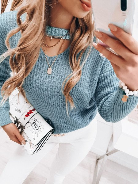 Dzianinowy sweterek z chokerem - LESLEY - błękitny