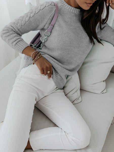 Sweter z plecionym rękawem KLAUDIA - szary