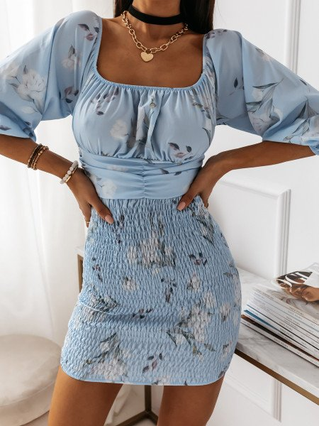 Dopasowana sukienka z dekoltem AZALEA - błękitny