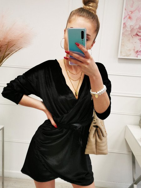 Welurowa sukienka z zakładanym dekoltem - RAJA - czarna