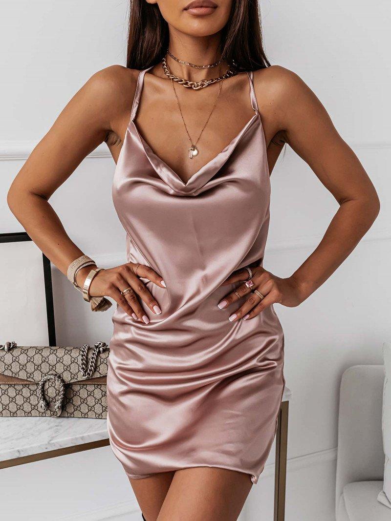 Satynowa sukienka z odkrytymi plecami...