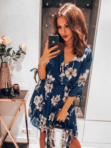Plisowana sukienka w kwiatowy print - MAGNOLIA - granat