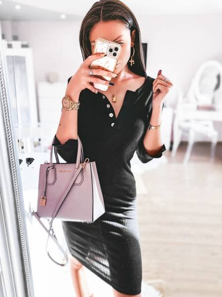 Prążkowana sukienka z dekoltem AMADA - czerń