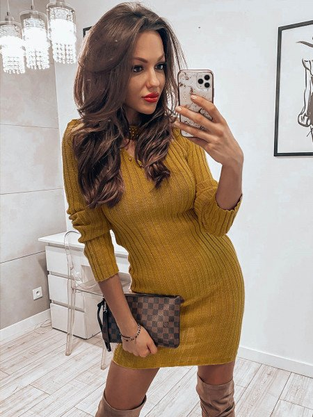 Sweterkowa sukienka z chokerem - CRISTINA - musztardowy