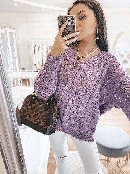 Ażurkowy sweter z dekoltem...