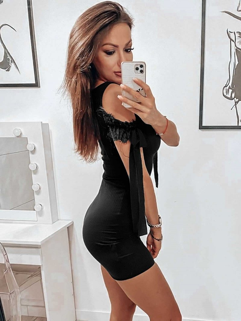 Prążkowana sukienka z szarfami CHARMING - czarna
