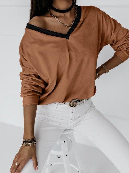 Welurowa bluza z dekoltem...