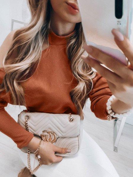 Bluzka sweterek z wycięciem na ramieniu - LUNA - karmel